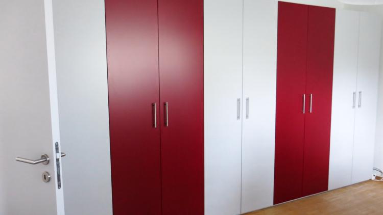 Einbauschrank Wohnzimmer in rot und weiss